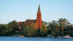 Blick von der Müritz zum Kirchturm in Röbel, Mecklenburgische Seenplatte