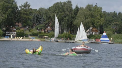 Badestrand mit Buddelsand und Spaß auf dem Wasser