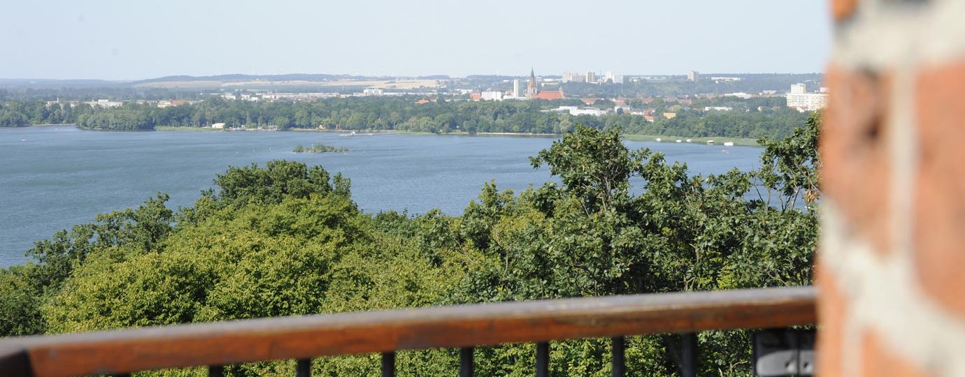 Aussichtsturm Behmshöhe am Ufer des Tollensesees