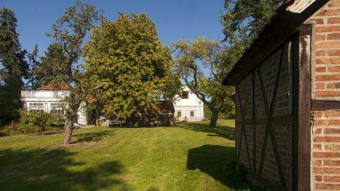 Der Garten Falladas mit dem Bienenhaus