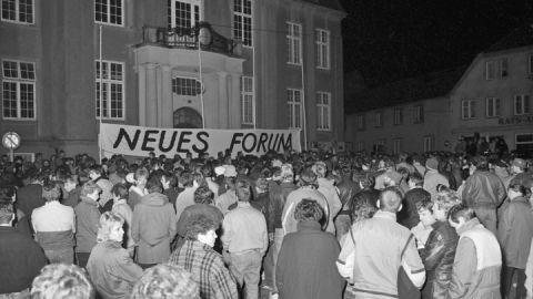 Demonstration auf dem Teterower Marktplatz vor dem Rathaus im Oktober 1989