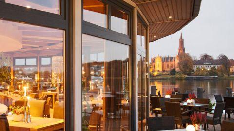 Restaurant mit Seeblick: Schöne Aussichten im Rosendomizil.