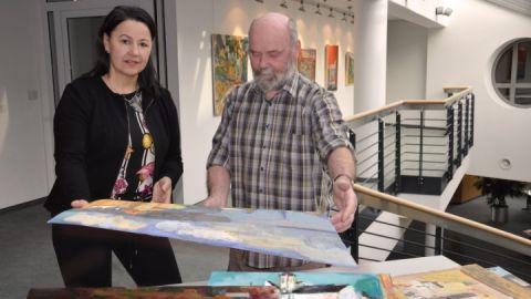 Detlev Schwarz (r.) mit Andrea Binkowski (re.), die Vorstandsvorsitzende der Sparkasse