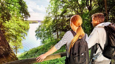 Wanderer bei Rast mit Ausblick, Feldberger Seenlandschaft