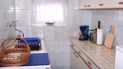 Die Küche ist mir Kaffeemaschine, Toaster, Wasserkocher und Kühlschrank mit Gefrierschrankausgestattet