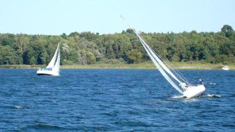 Segeln vor dem Campingplatz auf dem Plauer See