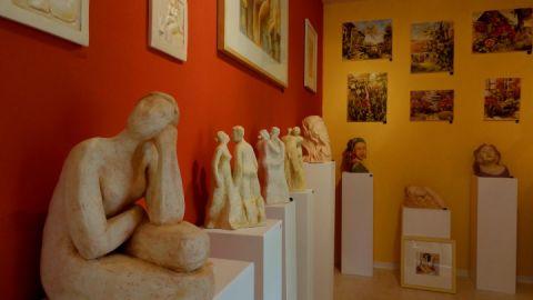 In der Galerie sind vor allem Gemälde und Plastiken zu sehen