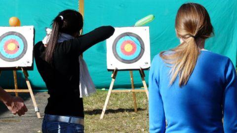 Zwei Mädchen beim Bogenschießen
