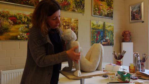 Christine Radecke beim Modellieren einer Plastik