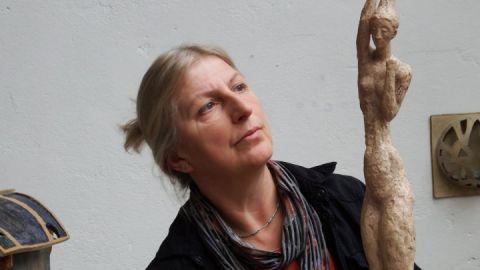 Mit wachem Blick für ihre Umwelt gestaltet die Bildhauerin ihre Werke.
