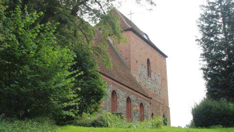 Die wehrhafte Kirche thront auf einem Hügel.