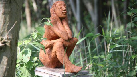 """Skulptur """"Lauschende"""""""