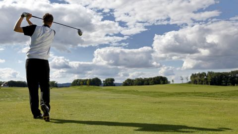 Golfer beim Abschlag