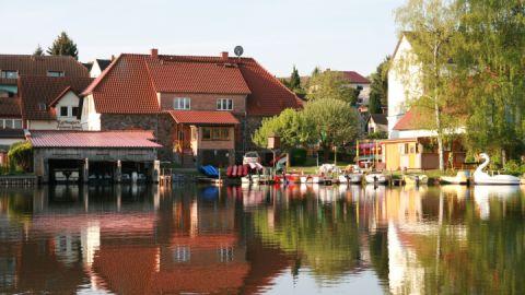 Blick vom See auf das Haus mit der Ferienwohnung