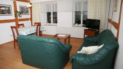 Wohnbereich der Ferienwohnung mit Flat-TV