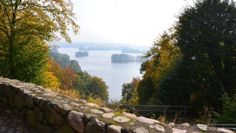 Auf den Routen 3 und 4 wird man mit der Aussicht über den Haussee belohnt