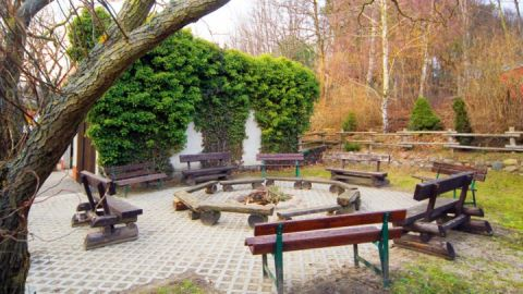 Hinter dem Haus befindet sich ein großzügiges Gelände mit Grillplatz, Bolzplatz u.v.m.