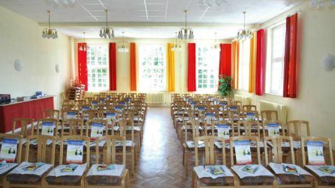 Perfekt für Musikgruppen und Chöre: Ein großer Saal und drei Proberäume mit je einem Stand-Digital-Piano