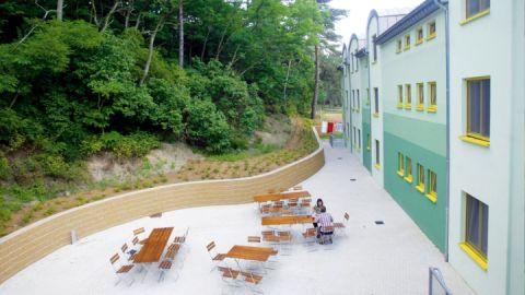 Außengelände mit Sitzmöglichkeiten & Grillplatz