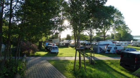 Sonnenaufgang über dem Campingplatz