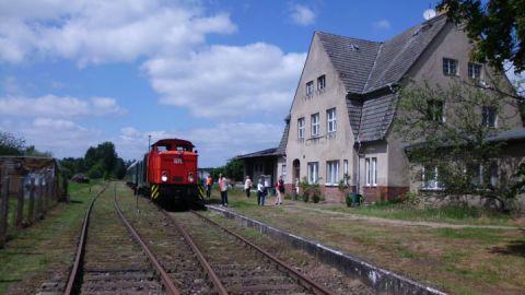 Bahnhof mit Bahnsteig, Sonderzug aus Neustrelitz