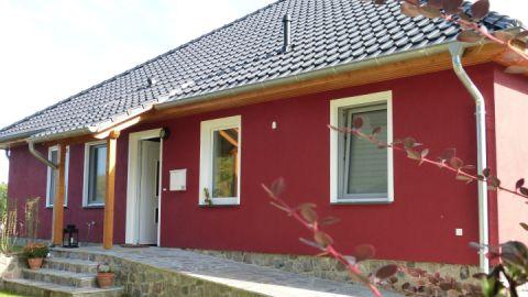 Hauseingang mit Feldsteinrampe