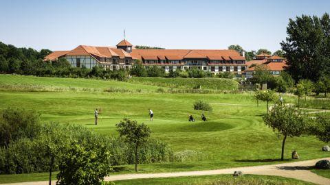 Sicht vom Golfplatz zum Club