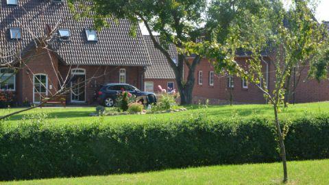 Gartenansicht mit beiden Häusern