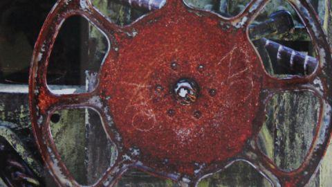 Selbst ein rostiges Rad lässt Inge Heuwold zu einem kunstvollen Mandala werden
