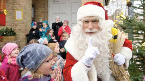 Himmelpfort Weihnachtsmann mit Kindern vor Weihnachtspostfiliale