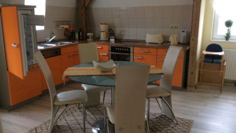 Die große Küche bietet viel Raum für gemeinsame Abende am Herd und in gemütlicher Runde
