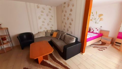 ein Zimmer ist ein kombinierter Wohn-/Schlafraum