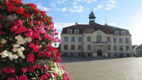 Rathaus mit Blütenpracht