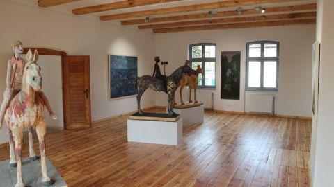 Neben Malerei und Grafik werden auch Skulpturen und Plastiken ausgestellt