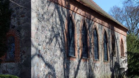 Kirchenschiff mit spitzbogigen Fenster n