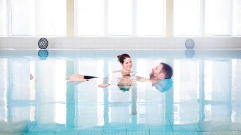 Bewegungstherapie im Schwimmbad