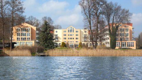 Blick vom See auf die Klinik_