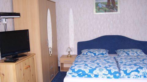 Der kombinierte Wohn-und Schlafraum ist mit einem Doppelbett, Sitzecke + TV ausgestattet