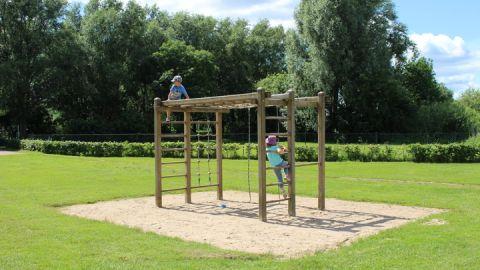 Kleiner Spielplatz in Untergoehren / Strandwiese