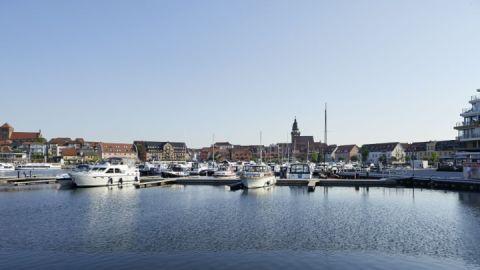 Stadthafen mit traumhafter Kulisse