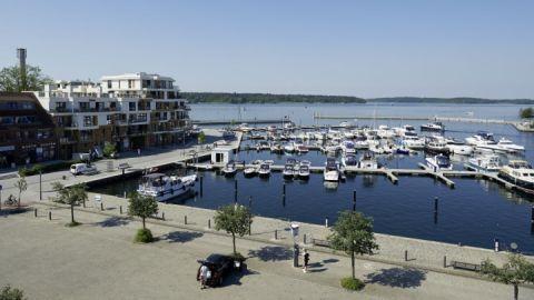 Vom Stadthafen hinein in die weitläufige Seenlandschaft