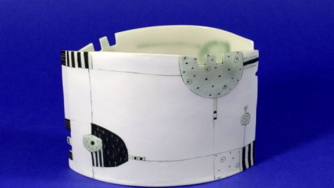 Ovale Porzellanvase, frei aufgebaut und mit Ritzdekor versehen