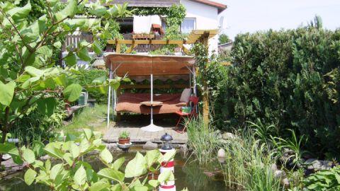 Der Freisitz für eine Auszeit am Gartenteich