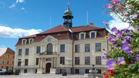 Rathaus mit Hechtbrunnen in Teterow