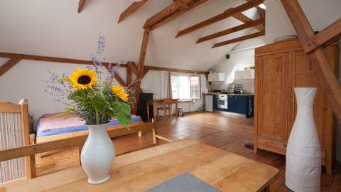 Wohnraum und Küche im kleinen Haus