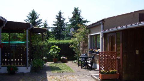 Vorderansicht des Ferienhauses mit gegenüberliegender Terrasse