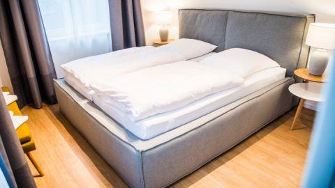 Ein Schlafzimmer ist mit Doppelbett, das zweite jeweils mit zwei Einzelbetten ausgestattet