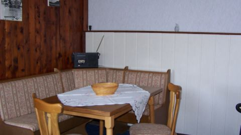 Die Wohnküche verfügt über Kaffeemaschine, Wasserkocher und einen 2 Plattenherd