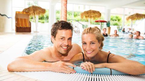 Schwimmbad mit Saunalandschaft