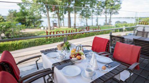 Frühstück auf der Sonnenterrasse zur Seeseite